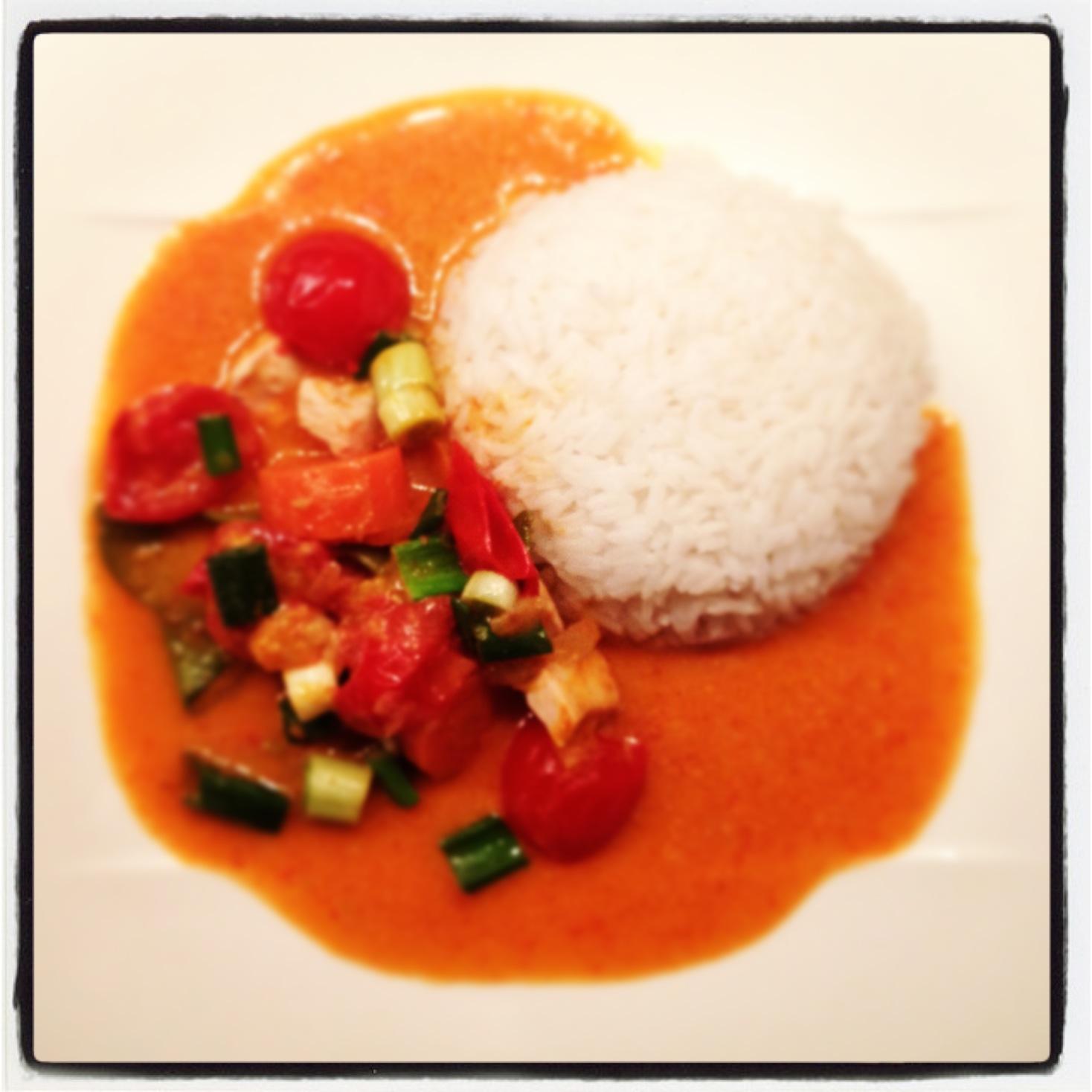 rotes thai curry mit huhn kokosmilch tomaten und zuckererbsen. Black Bedroom Furniture Sets. Home Design Ideas